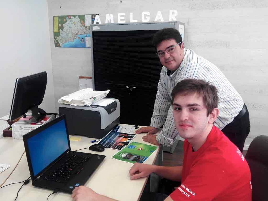 Dominik trabajando en las oficinas de Amelgar.